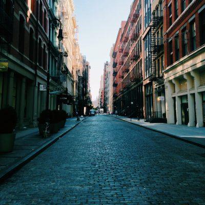Route pavée avec des immeubles anciens de part et d'autres