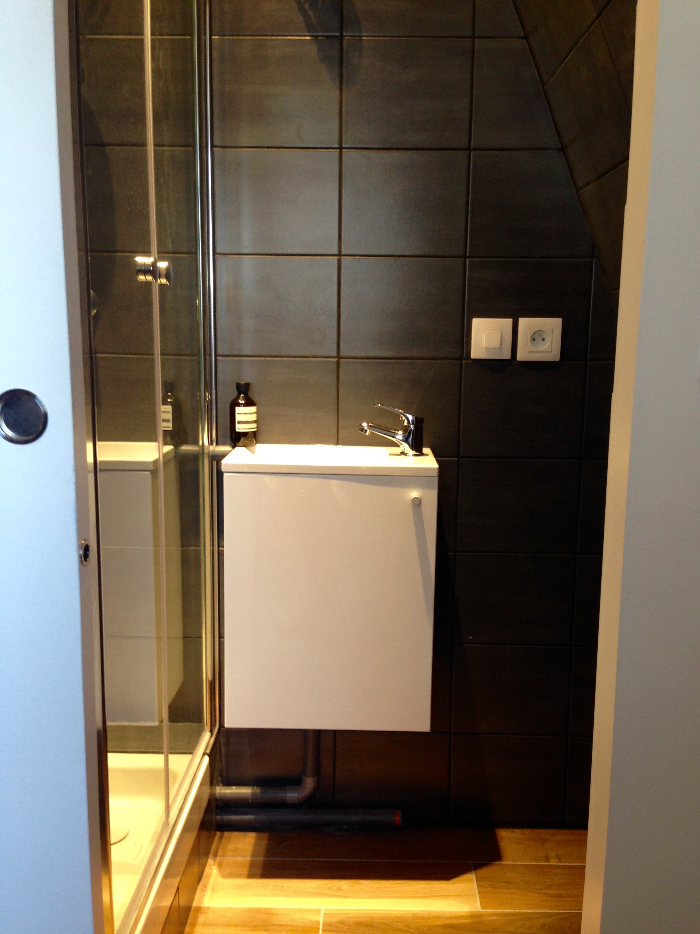coin douche d'un appartement ancien à Paris
