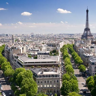 Vue aérienne appartements parisiens anciens et tour eiffel