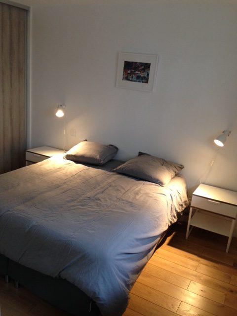 Vue de la chambre à coucher d'un 2 pièce ancien dans le 18ème arrondissement de Paris