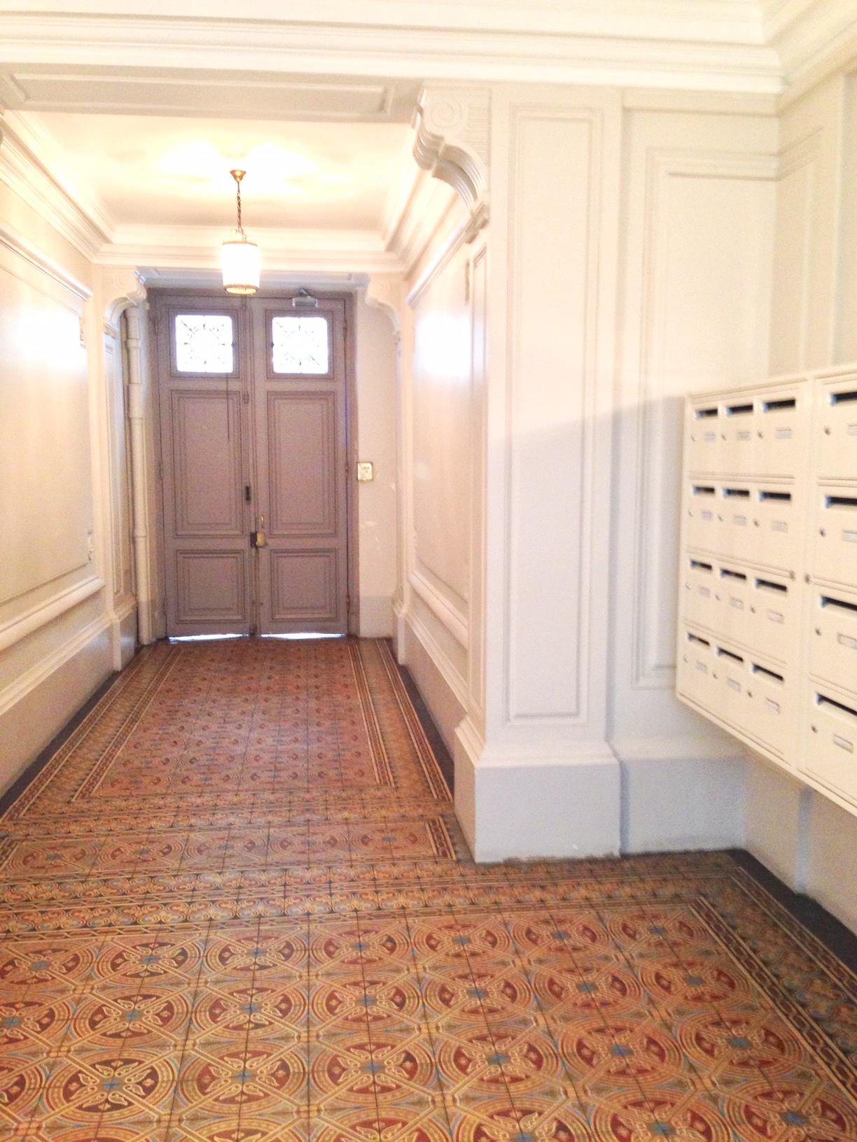 hall d'un immeuble ancien à Paris